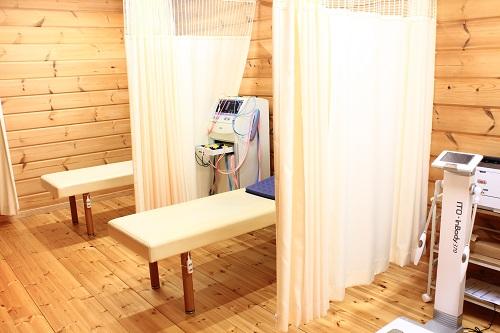 能代市 だいだい接骨院の施術スペースはカーテンで仕切られています。