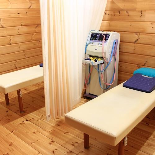 能代市 だいだい接骨院の施術室はカーテンで仕切られています。